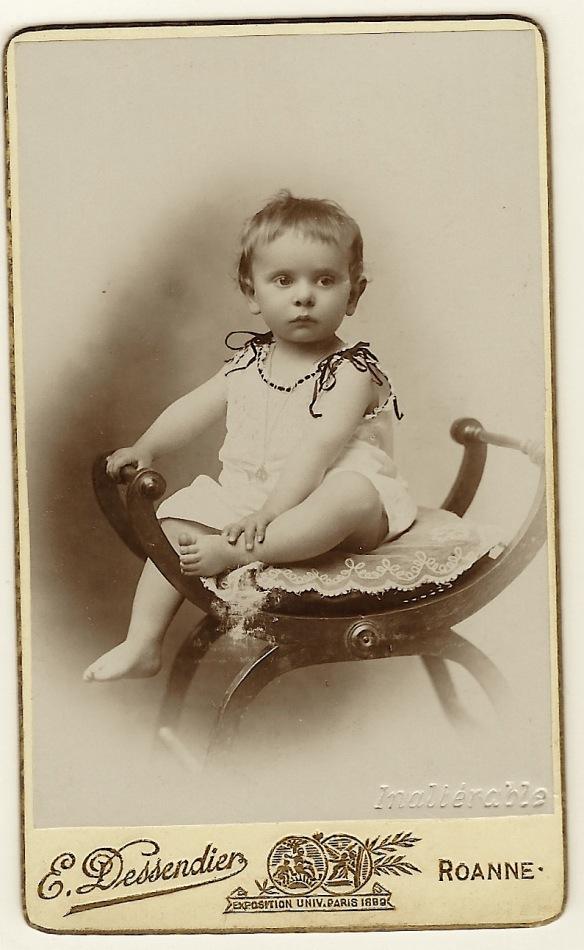 Portrait Of An Inquisitve Toddler In Roanne France Carte